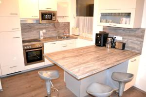 A kitchen or kitchenette at Easyapartments Leo