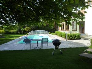 The swimming pool at or near Gartenpension Prosl