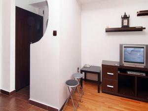 Un televizor și/sau centru de divertisment la NEC Accommodation