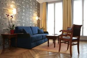 A seating area at HotelHome Paris 16