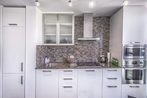 A kitchen or kitchenette at Atlantis Suites - Toronto Furnished Apartment on York Street