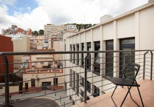 A balcony or terrace at Guell Modern Apartment