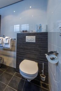 A bathroom at Appartementen Domburg