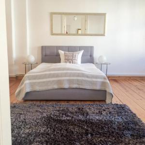 A bed or beds in a room at Berlinappart - Prenzlauer Berg Apartment