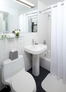 A bathroom at Oakwood at the Nash