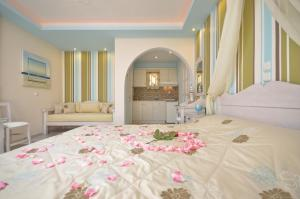 A bed or beds in a room at Summer Memories Studios