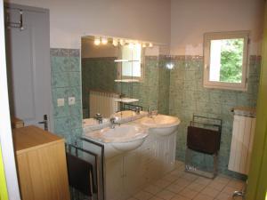 Salle de bains dans l'établissement Domaine Saint-Joly