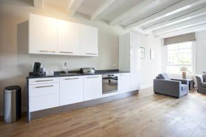 A kitchen or kitchenette at Hugo Apartments