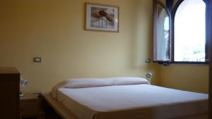 A bed or beds in a room at La Baia