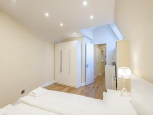A bed or beds in a room at London City Apartments