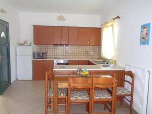 A kitchen or kitchenette at Riverside Αpartments
