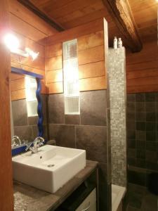 Salle de bains dans l'établissement Gite Montagne Mercantour
