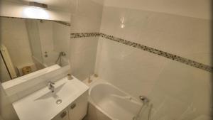 A bathroom at Cannes Center Festival and Beach