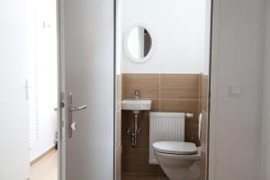 A bathroom at Helle Wohnung - direkt am Augarten