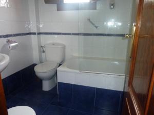 A bathroom at Apartahotel Rural La Hortona