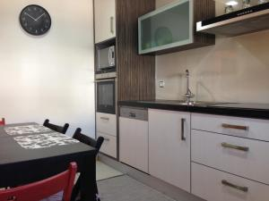 A kitchen or kitchenette at Figueira Praia Buarcos