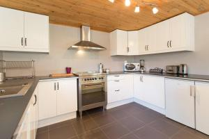 A kitchen or kitchenette at Chalet Falcon