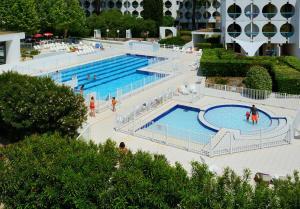 Vue sur la piscine de l'établissement Residence Residéal La Grande Motte ou sur une piscine à proximité