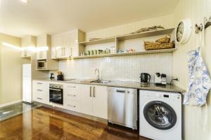 A kitchen or kitchenette at Coastal Pods Wynyard