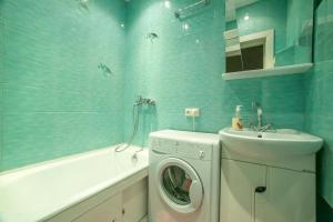 A bathroom at Apartment Izmailovo-park Vigvam24