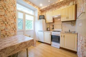 A kitchen or kitchenette at Apartment Izmailovo-park Vigvam24