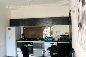 A kitchen or kitchenette at The Place Apartments