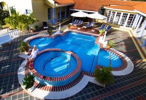 Вид на басейн у La Pura Vista або поблизу