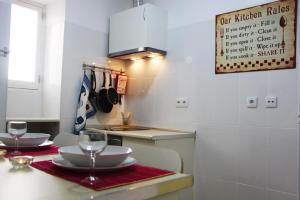 A kitchen or kitchenette at Lisbon Roots - Apartments