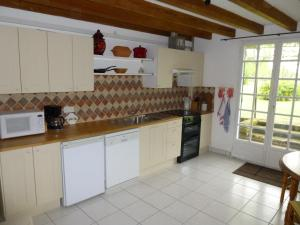 A kitchen or kitchenette at C'est la Vie - Le Gite