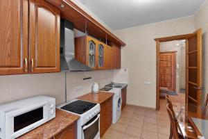 Кухня или мини-кухня в Apartment on Kartashova 3