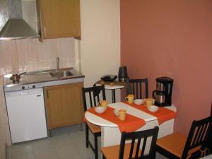 O bucătărie sau chicinetă la Villa Kokkinos