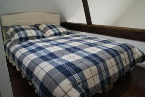 A bed or beds in a room at Le Gîte De Malaunay