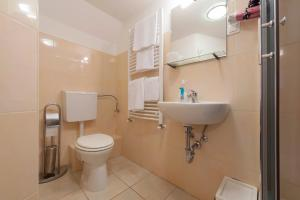 A bathroom at Baross Lux Apartments