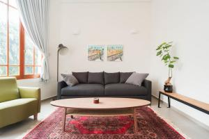 A seating area at Jaffa Boutique Apartment