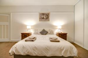 A bed or beds in a room at Terrace on York