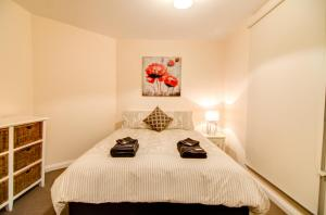 A bed or beds in a room at Terrace on Walbourne
