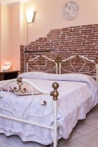 A bed or beds in a room at Il Giardino di Laura