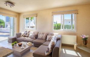 A seating area at Beachfront villa Del Mare