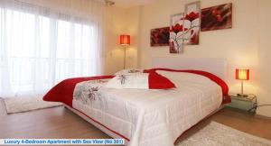 A bed or beds in a room at Les Sirenes Apartments