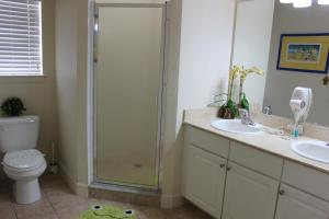 Salle de bains dans l'établissement ACO Lucaya Village Resort 4 Bedroom Vacation Townhome (1715)
