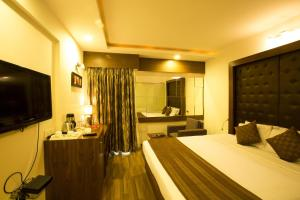 OYO Premium Gujarat College Ellisbridge II
