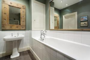 A bathroom at Veeve - Five Bedroom House in Greenwich