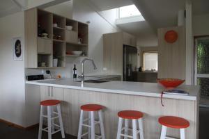A kitchen or kitchenette at Riverside Retreat Roxburgh