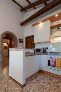 A kitchen or kitchenette at Ve-nice Suite Giuffa C4834