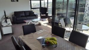A restaurant or other place to eat at Dockland View Apartment