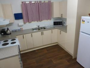 A kitchen or kitchenette at Holiday House Clermont