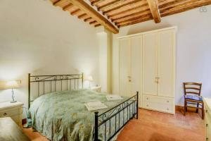 A bed or beds in a room at Case dei Fiori Residenza Storica