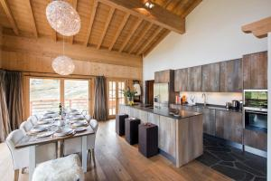 A kitchen or kitchenette at Chalet Alexia