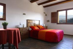 A bed or beds in a room at Casa Miret de Mur