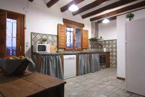 A kitchen or kitchenette at Casa Miret de Mur